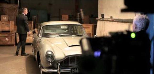Daniel Carig og Judi Dench og et velkendt stykke automobil.