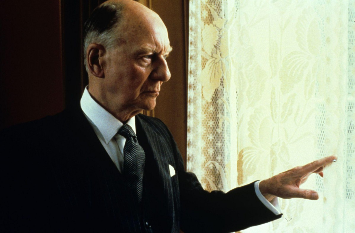 still-of-john-gielgud-in-gandhi-(1982)